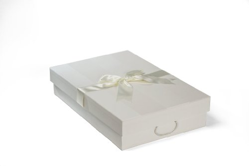 Die Klassische Brautkleidbox 'CHELSEA IVORY' (75 cm x 50 cm x 15 cm) zur Aufbewahrung von Hochzeitskleidern, zum Schutz, zur Konservierung, zur Verhinderung von Vergilbung, handgefertigt in Großbritannien vor pH-neutralem Material. Beinhaltet säurefreies Gewebe. Auf Lager - CHELSEA IVORY