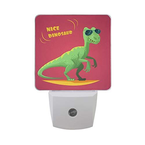 AOTISO Leuke grappige groene dinosaurus dier in zonnebril stripfiguur speelgoed op rode auto sensor nachtlampje plug in indoor