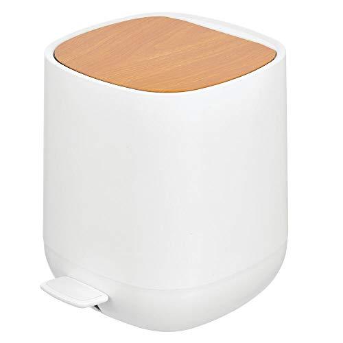 mDesign 5 L Tretmülleimer für Bad, Küche oder Schlafzimmer – Kleiner Mülleimer aus Kunststoff – moderner Papierkorb mit herausnehmbarem Inneneimer und Deckel in Bambusoptik – weiß und braun