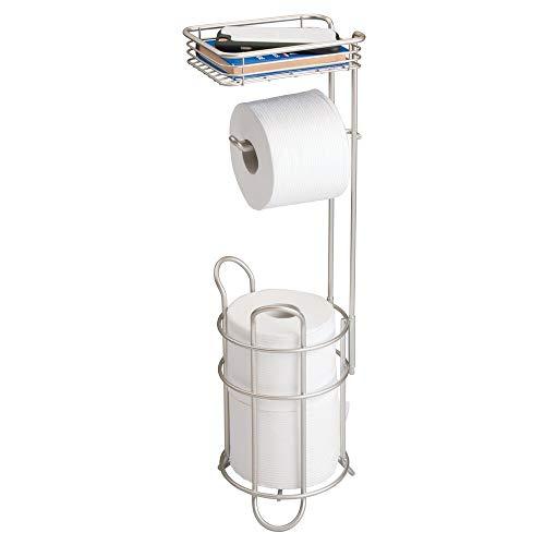 mDesign Portarrollos de papel higiénico con estante – Elegante dispensador de papel higiénico de metal – Porta rollos de pie con espacio para 3 rollos de papel higiénico – plateado mate