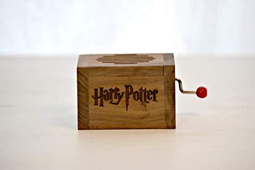 Pequeña caja de música grabada en madera de calidad con la melodía * Hedwig´s Theme *....