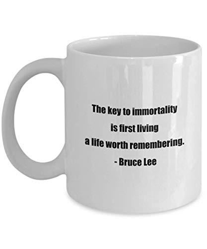 N\A Taza de café clásica: la Clave para la inmortalidad es Primero Vivir una Vida Que valga la pena Recordar. - Bruce Lee- Ideal para Amigos o colegas Blanco