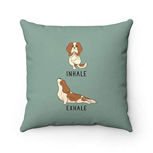 Domwtyrper Inhale Exhale Cavalier King Charles Spaniel almohada, fundas de almohada de yoga para perro, fundas de almohada, cojín para amantes de los perros, regalo de inauguración de la casa, decoración del hogar