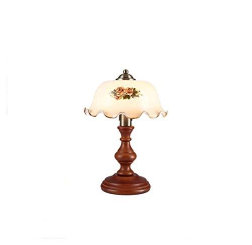 Massieve houten lamp verduistert de klassieke antieke slaapkamer.
