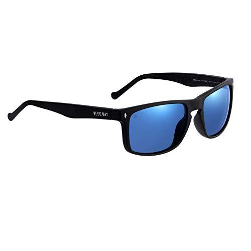 BLUE BAY AMYDA, Gafas de Sol Polarizadas para Hombre, Protección UV 100%, Actividades al Aire Libre, Gafas de Sol de Material Reciclado, Ligeras y Flexibles, Montura Negra y Cristales Azules, 26 gr