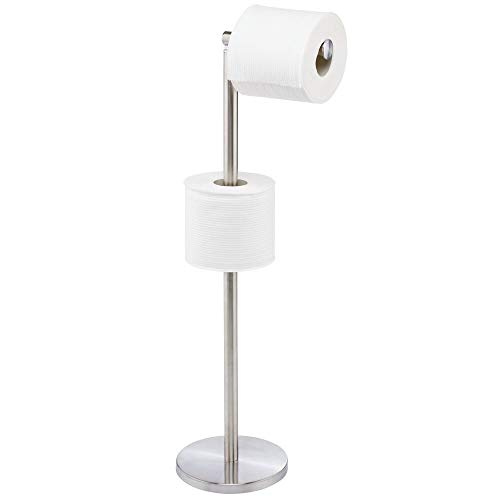 mDesign Portarrollos de pie – Moderno soporte de papel higiénico para el cuarto de baño o aseo – Portarrollos de papel higiénico elegante de acero – plateado