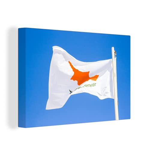 Leinwandbild - Fliegende Flagge von Zypern mit blauem Himmel - 120x80 cm