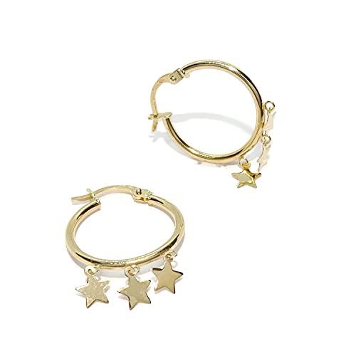 Pendientes aros de oro amarillo de 18k con estrellas colgando, de 2mm de grosor y 1.80cm de diámetro exterior. Los aros más de moda todos en oro de 18k. Cierre fácil click.