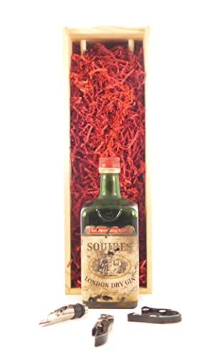 Squires London Dry Gin (1960's) in einer Geschenkbox, da zu 3 Weinaccessoires, 1 x 750ml