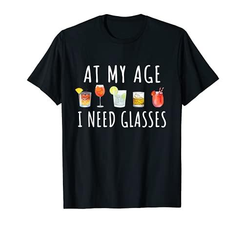 At My Age I Need Glasses - Vasos de cóctel para vino, cerveza y alcohol divertido Camiseta