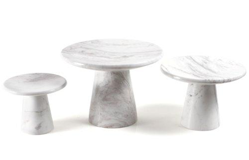 Présentoir design en marbre blanc comme plateau de service ou assiette à gâteau pour la table de fête.