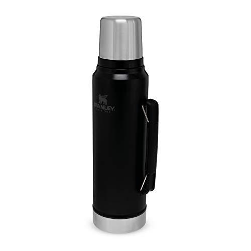 Stanley Classic Legendary Bottle Edelstahl-Thermoskanne, | BPA-frei |Hält 40 Stunden heiß | Deckel fungiert als Trinkbecher | Spülmaschinenfest | Lifetime Warranty, Matte Black, 1 L