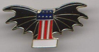 1000 Flags USA États-Unis d'Amérique N ° 1 avec Ailes de Chauve-Souris Drapeau Badge à épingle