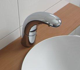Watermeetsdesign – Waschtisch-Sensorarmatur, Kalt- und Warmwasser, integrierter Batteriebetrieb, Chrom - 4