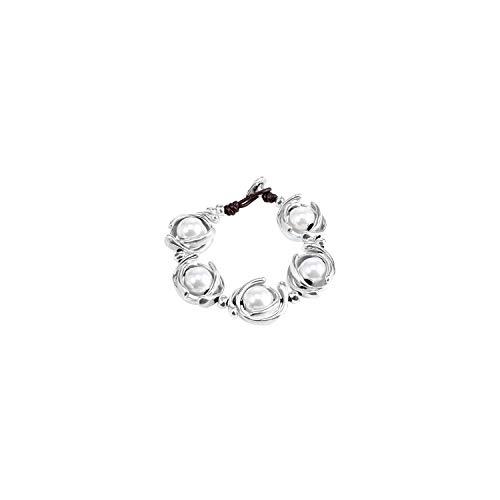 Pulsera de diseño único Que combina Perlas Grandes Blancas Entre Abalorios en Forma de aro bañados en Plata. Elaborado de Manera Artesanal en España.