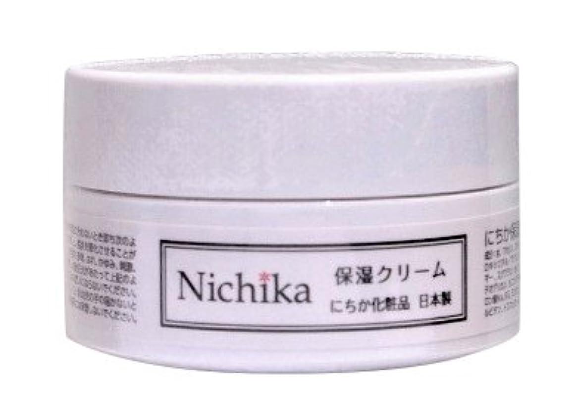 コマースフェードアウト嵐のにちか保湿クリーム  内容量30g 日本製  『ワンランク上の潤いハリ肌』を『リーズナブル』に。  ヒアルロン酸の1.3倍の保水力があるプロテオグリカン配合。 しっとりなじみ,成分がじんわり角質層に浸透 お肌に「ふた」をして潤いを守り、乾燥からお肌を守ります。肌バリア力を強化。「健康肌」をつくり、刺激や紫外線から角質層より深い位置の肌を守ります。 さっぱりとした使用感なのにコクもあり肌に素早く浸透。肌馴染みが良く吸い付くような使用感は今よりワンランク上の肌を目指す方におススメです。