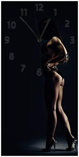 Wallario Design Wanduhr Sexy Frau im Dunkeln - Schatten, Silhouetten, Muskeln aus Acrylglas, Größe 30 x 60 cm, Schwarze Zeiger