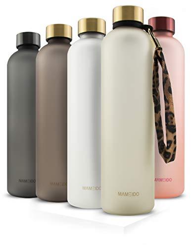 MAMEIDO Trinkflasche 1l - auslaufsicher, Kohlensäure geeignet - Zeitmarkierung als Trinkerinnerung - Wasserflasche aus Tritan (1000ml, Ivory Beige Gold)