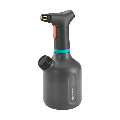 GARDENA Pumpsprüher 1 l EasyPump: Akku-Pumpsprüher mit 360°-Funktion, Messingdüse, große Öffnung, lichtdurchlässiges Design, integrierte Dosierkappe, mit Füllstandsanzeige (11114-20)