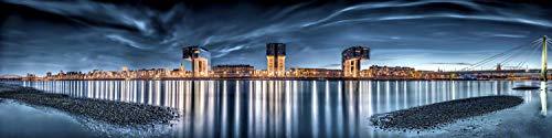Acrylglasbild in feinster Galerie Qualität. XXL Skyline von Koeln mit Kranhaeusern und Koelner Dom am Abend Panoramabild als Glasbild aus Acrylglas. Kunst Wandbild | Wand Glas Bild | Fotografie