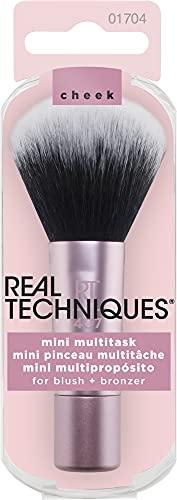 Real Techniques Mini Multitask - Brocha de maquillaje para aplicar colorete, polvos bronceadores e iluminador, tamaño mini ideal para viajes (el embalaje y el color del producto puede variar)