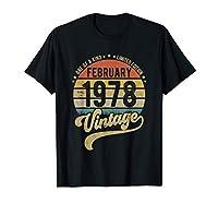 Commandez ce Reto Vintage 43e anniversaire, né en Février 1978, cadeau avec un style en détresse pour faire une excellente idée de cadeau pour un ami, mari, papa, maman, épouse, s ur, frère, fils ou fille de 43 ans Cette conception graphique Bday Ret...