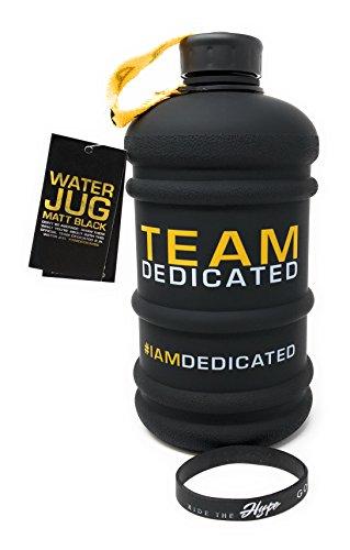 DEDICATED NUTRITION Water Jug - Matt Schwarz Sport XXL Trinkflasche Wasserflasche Gym Bottle Trainingsflasche Fitness Wasser Kanister 2,2 Liter BPA Frei, Armband