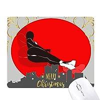 横になって赤の美しい女性 クリスマスイブのゴムマウスパッド