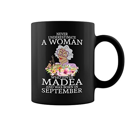 Taza de café de cerámica con texto en inglés Never Underestimate A Woman Who Loves Madea and was Born in September (negro, 11 oz)