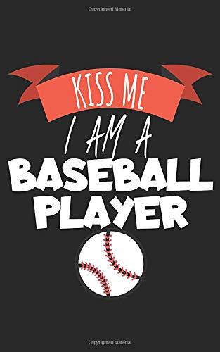 Kiss me i am a baseball player: Notizbuch mit Baseball Design und Spruch in Liniert. Für Notizen, Skizzen, Zeichnungen oder als Geschenk. Geeignet für Sport oder auf dem Feld.