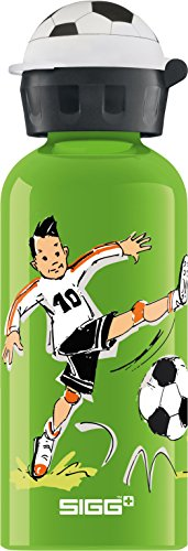 SIGG Footballcamp Kinder Trinkflasche (0.4 L), schadstofffreie Kinderflasche mit auslaufsicherem Deckel, federleichte Trinkflasche aus Aluminium