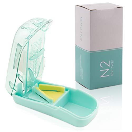 N2 Tablettenteiler I einfaches+exaktes Teilen Ihrer Tabletten I Tablettenschneider mit Fächern zur Aufbewahrung der Pillen I Pillenteiler inkl. Medikamentendispenser/pill cutter incl. pill dispenser