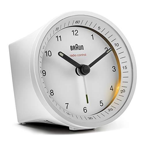 Klassischer analoger Funkwecker von Braun für die Mitteleuropäische Zeitzone (MEZ/GMT+1) mit Schlummerfunktion und Beleuchtung, ruhigem Uhrwerk, Crescendo-Alarm in Weiß, Modell BC07W-DCF