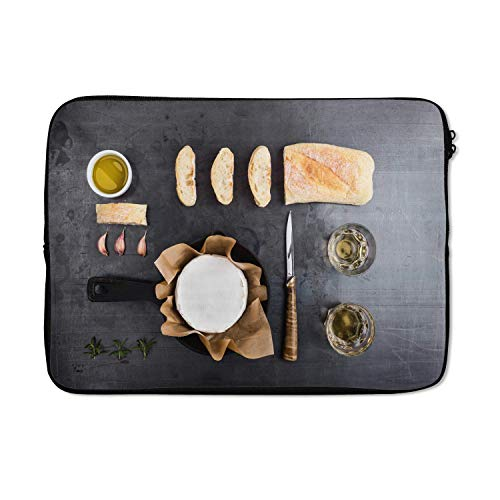 Laptophoes 13 inch 34x24 cm - Knolling - Eten - Macbook & Laptop sleeve Knolling - verzameling van etenswaren met camembert en brood - Laptop hoes met foto