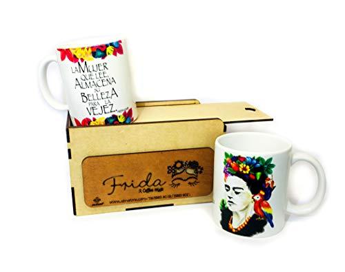 SET 2 TAZAS DE FRIDA 11 oz con frases inspiraciones. Tazas de cerámica térmica para bebidas calientes: café, té, expresso o capuchino. En porta tazas decorativo vintage de madera. Regalo original para papá y mamá.