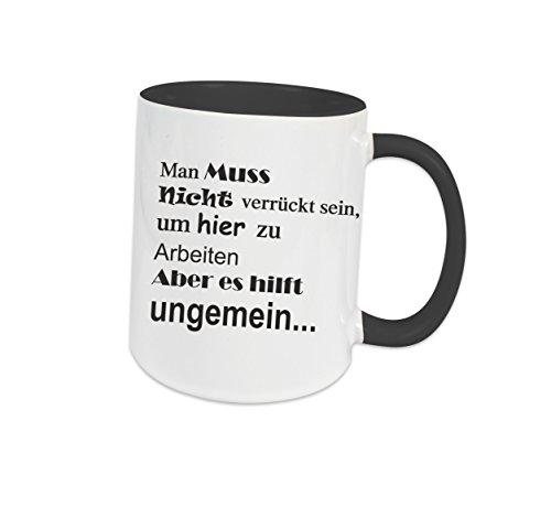 Klebemonster24 Tasse Schwarz voll mit Aufdruck Spruch Man muss Nicht verrückt Sein um Hier zu Arbeiten Geschenk Geburtstag Kaffee Becher Tasse Tee Keramik Arbeit Chef Büro Bedruckt