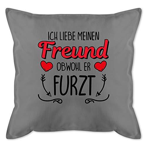 Valentinstag Kissen - Ich liebe meinen Freund obwohl er furzt - Herze & Pfeile - Unisize - Grau - meinen freund obwohl er furzt - - GURLI Kissen mit Füllung - Kissen 50x50 cm und Dekokissen mit