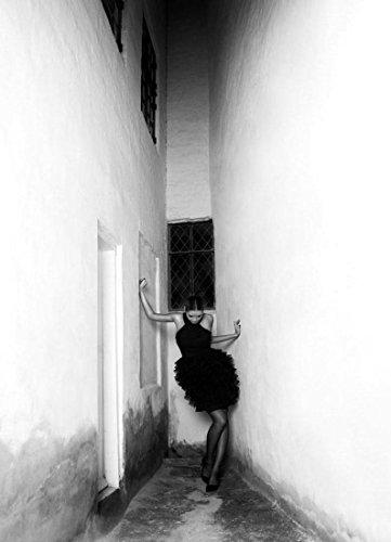 """JUNIQE® Modefotografie Schwarz & Weiß Leinwandbild 20x30cm - Design """"Noir"""" entworfen von MAIMOUSELLE"""