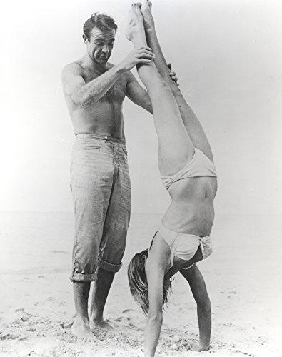 Celebrity Photos Sean Connery Helping a Woman in a Bikini do a Handstand Photo Print (60,96 x 76,20 cm)