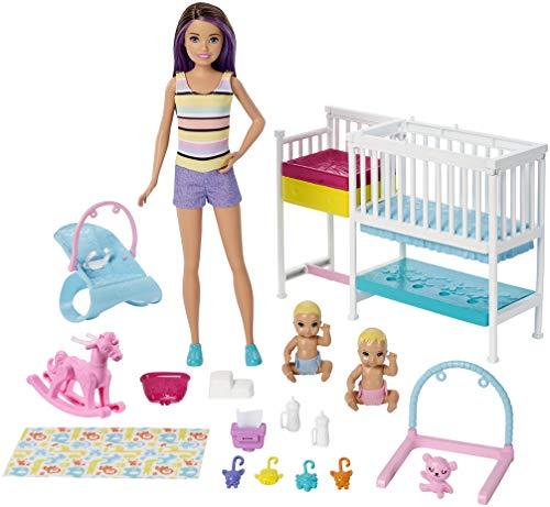Barbie Famille coffret Chambre des jumeaux, poupée Skipper baby-sitter aux cheveux châtains, 2 figurine denfants et accessoires, jouet pour enfant, GFL38