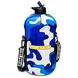 Hydro Galón – Botella de agua de 1 galón/128 oz con funda y tapa de pajita + tapón pop, correa de hombro, bolsillo, mango, marcas de tiempo. Jarra de agua grande aislada. (camuflaje azul)