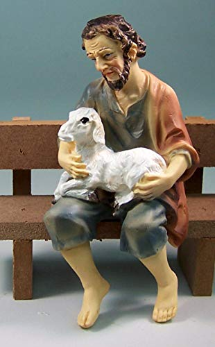 Krippenfigur Hirte mit Schaf Kantensitzer. Polyresin. Für 11 cm Krippenfiguren