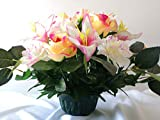 Composition de fleurs artificielles lesté ciment pour une parfaite tenue à l' extérieur vu son poids et son pot en forme de charlotte. Réalisé par nos soins, fleurs de très bonne qualité.