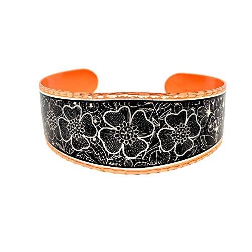 Pulseras artesanales de cobre con cuatro clavos, patrón abstracto con telón de fondo negro,...