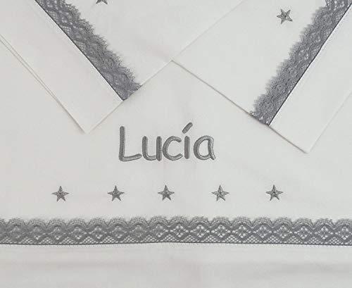 Sabanas 100% Algodón Bordadas con EL Nombre del BEBÉ, con Detalle de Estrellas Bordadas y bolillo Gris - Juego de 3 Piezas (Bajera+encimera+Funda Almohada) Fabricadas en España (Maxicuna 70x140)