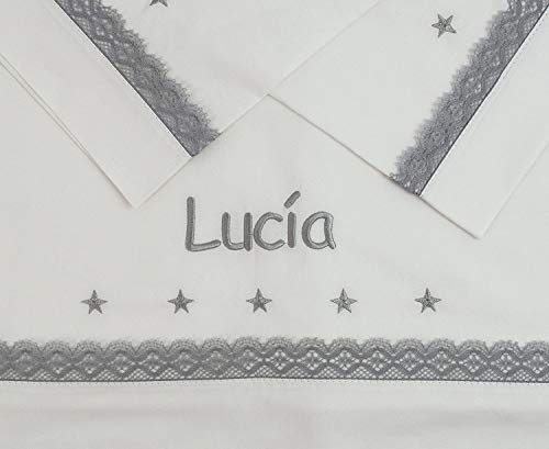 Sabanas 100% Algodón Bordadas con EL Nombre del BEBÉ, con Detalle de Estrellas Bordadas y bolillo Gris - Juego de 3 Piezas (Bajera+encimera+Funda Almohada) Fabricadas en España (Minicuna 50x80)