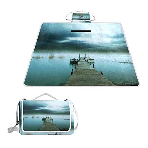 XINGAKA Manta de Picnic Impermeable,Tormentoso Cielo Nocturno sobre el Puerto del Lago Embarcadero de Madera Vista de Noche brumosa,Alfombra Plegable para Camping Parque