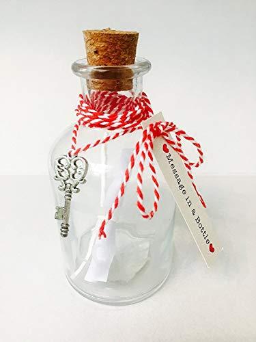 Botella de cristal con mensaje en su interior, tapón de corcho y llave con forma de corazón