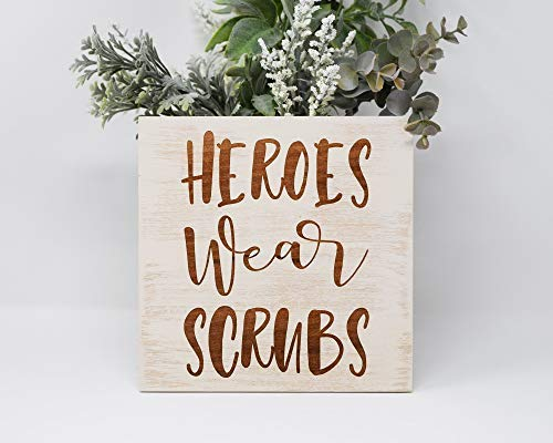 SIGNS Heroes Wear Scrubs grabada madera divertida