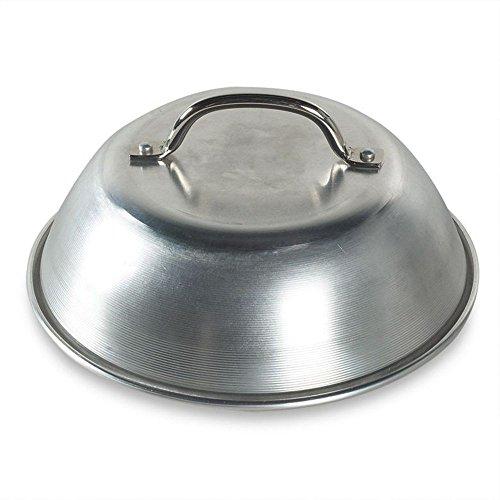 Per fondere velocemente il formaggio su hamburger, pizze, bruschette, ecc. La cupola in alluminio cattura il calore. Cuoce gli hamburger più velocemente e riduce le fiammate. Diametro: 23 cm circa. Fabbricato negli USA.